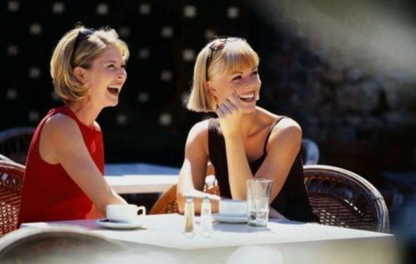 Естественность и непринужденность – вот главная изюминка этого снимка.  Девушки похожи, словно сестры…. А, может, так оно и есть?