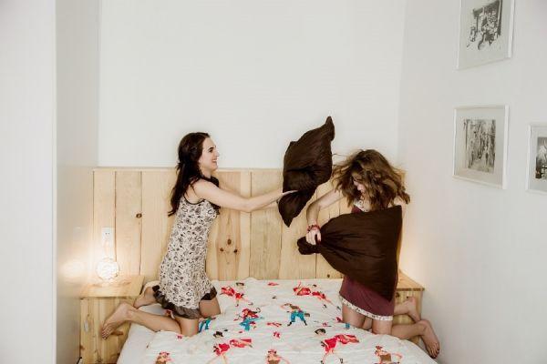 Почему бы не вернуться на несколько минут в детство, и не устроить шуточный бой подушками? Главное, не слишком увлекаться боем – вы же не хотите потом полдня убирать в доме?