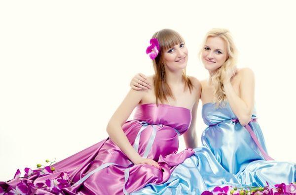 Как же мне понравилась эта фотография! Беременные женщины так прекрасны! Если двум подругам удалось забеременеть почти в одно время – им просто необходимо сделать такой снимок.