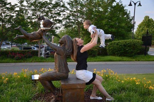 Почему бы не повторить такой трюк со своим малышом? Очень мило и оригинально. Плюс ко всему такое буйство зелени вокруг! Я бы повторила.