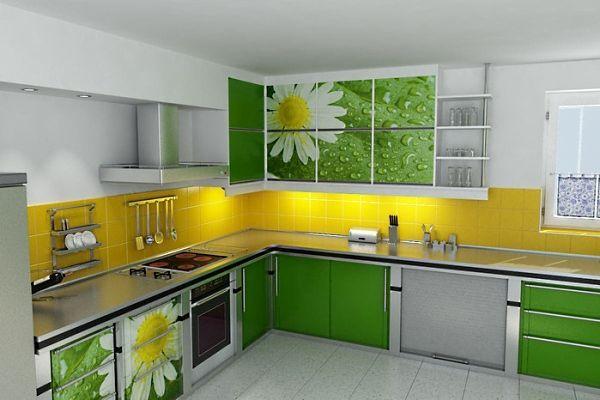 А здесь ромашки на зеленом фоне.  И роса… Традиционная панель из керамической плитки, выкрашена в яркий желтый цвет, словно серединка цветка.