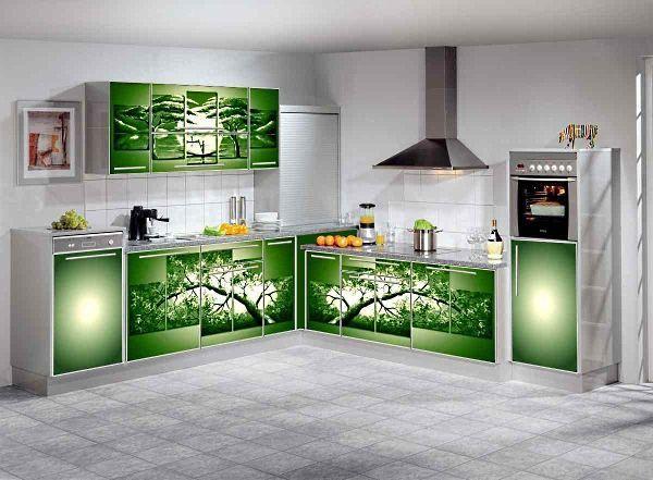 А этот гарнитур просто находка для любителей зеленого цвета и живой природы. Такой принт визуально расширяет пространство кухни. К тому же он отлично гармонирует с другими цветами.
