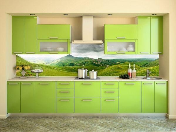 Салатовый цвет немного броский и яркий, у него не так много поклонников. Однако, в сочетании с реалистичным пейзажем на скинали, такая кухня может стать настоящим  украшением дома.