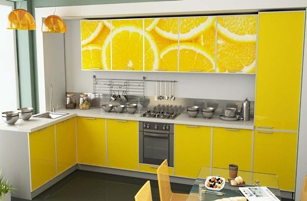 Такую кухню я бы назвала лимонным раем. На первый взгляд – ярко, необычно и весело. Но лично мне такая расцветка надоела бы уже через неделю.