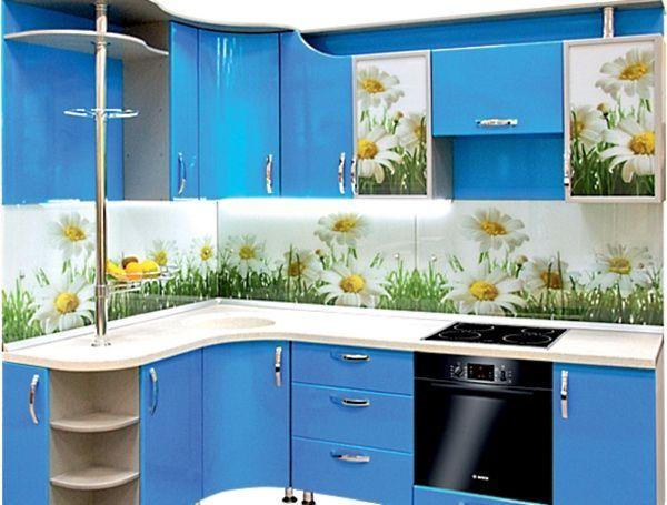 Ромашки. Они очаровательны. Их изображение на панели перекликается с принтом на дверцах шкафа. А голубой фон мебели напоминает летнее небо.