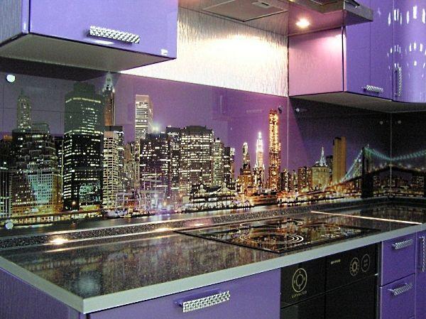 Огни ночного мегаполиса. Довольно необычное решение для кухонной панели.  Хотя, они довольно гармонично сочетаются с основными цветами гарнитура.