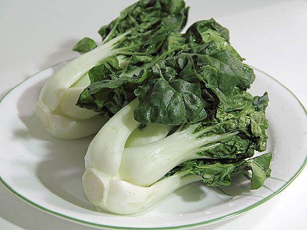 Китайская черешковая капуста, или просто - бок чой. Немного похожа на, уже привычную для нас, пекинскую капусту. Однако, у нее более сочные листья и выраженный вкус, а в уходе она совершенно неприхотлива. Осталось только отыскать семена.