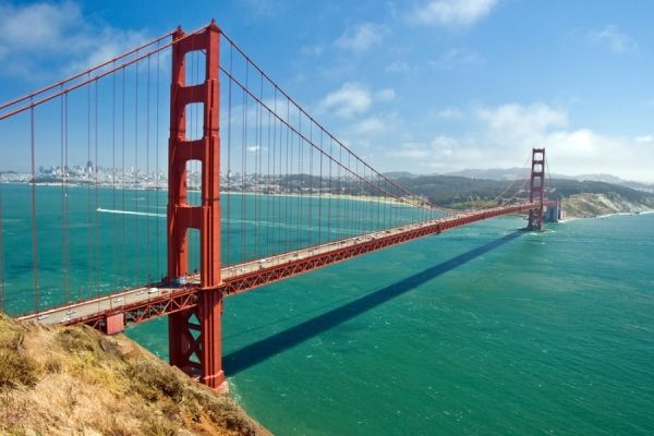 «Золотые ворота». Мост  в солнечном Сан-Франциско.  До 1964 года это был самый большой из подвесных мостов в мире. Поклонникам мистических фильмов, он хорошо знаком  благодаря сериалу «Зачарованные».