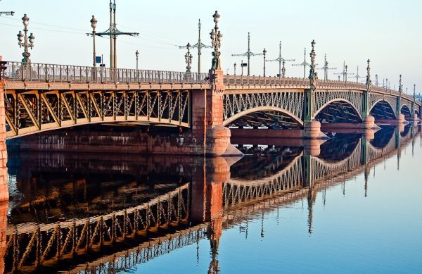 Есть на Неве еще один потрясающий воображение мост, который никак нельзя обойти вниманием. Это «Троицкий мост». 5-ти арочная ажурная конструкция из металла имеет один разводной пролет.