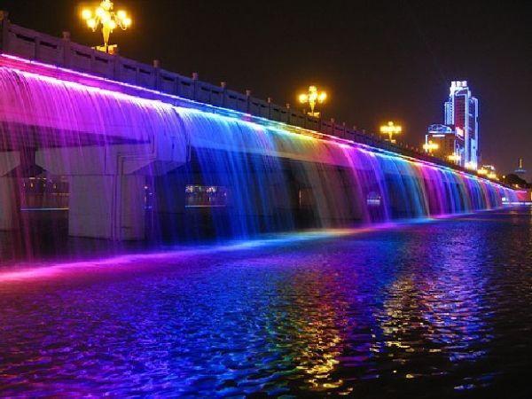 А этот оригинальный мост-фонтан, единственный в своем роде. Фонтан «Лунная Радуга», Длиной 114 м встроен в опору мота «Банпо». Расположен он в Сеуле.