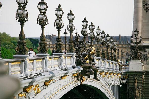 Это  одноарочный мост Александра III. Он пересекает Сену в самом Париже. Украшен фантастическими фигурами ангелов, нимф и пегасов и совершенно заслуженно считается самым красивым мостом Парижа.