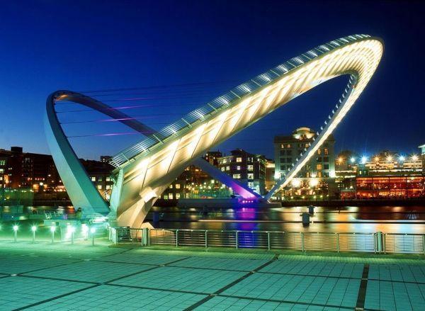 Гейтсхедский  мост «Миллениум» в Британии сконструирован из 2 арок – самого моста и опоры. Пропуская суда, следующие по реке Тайн, мост приподнимается и преобразуется в единую арку.