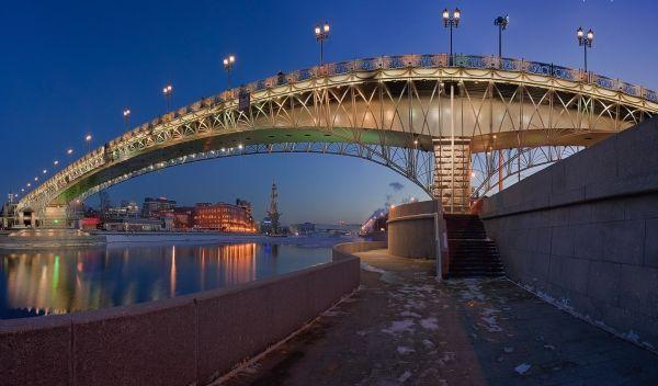 Взгляните-ка на этот пешеходный мост, именуемый «Патриаршим». Он, словно солнечная дуга, выгнул спину над Москвой-рекой. Многотонная конструкция выглядит очень изящно.