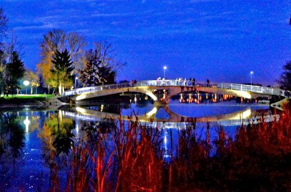 Мост, ведущий на остров Любви. А расположен этот мост в Ивано-Франковске на городском озере. Островок, на который можно добраться по этому мостику, своей формой напоминает сердце.