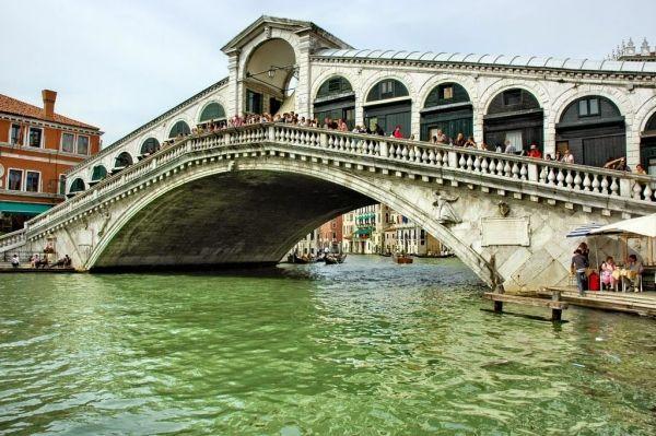 В Венеции мне очень нравится мост «Риальто». Наверное, это самая романтичная достопримечательность города на воде. И, между прочим, это старейший из всех мостов города.