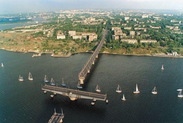 На реке Южный Буг, в городе Николаев  построен вот такой изящный и надежный мост. Его оригинальная конструкция позволяет судам беспрепятственно следовать к месту назначения.