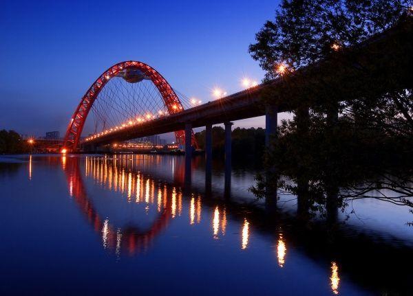 А в столице России есть «Живописный мост». Причем, он именно так и называется.  Подобной конструкции нет более нигде в мире. Огромная ажурная дуга с ресторанчиком, повисшим в самой верхней ее части, - есть чем полюбоваться.