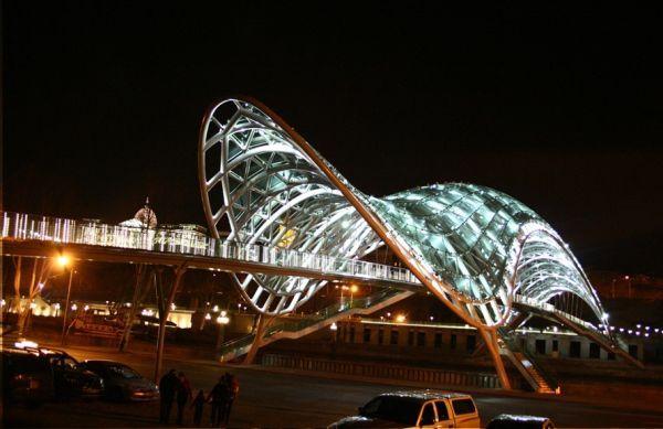 Еще одно футуристическое сооружение возведено в столице Грузии. Пешеходный мост Мира в Тбилиси объединяет старую и новую части города. Над мостом расположен огромный стеклянный навес.