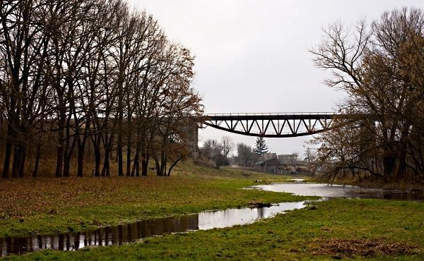 А этот мостик расположен совсем недалеко от моего поселка, в городке Желтые Воды. Чем он примечателен? А вы присмотритесь, как возведена его опора, таких мостов во всем мире – единицы.