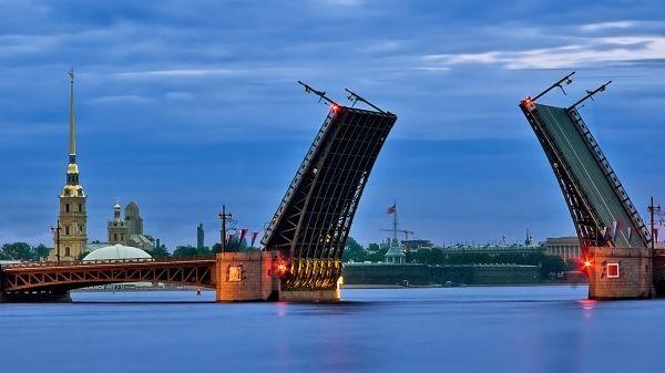 Один из неизменных символов Санкт-Петербурга -  разводной  «Дворцовый мост» через Неву. Он соединяет центр города с Васильевским островом. В любое время года выглядит он просто потрясающе.