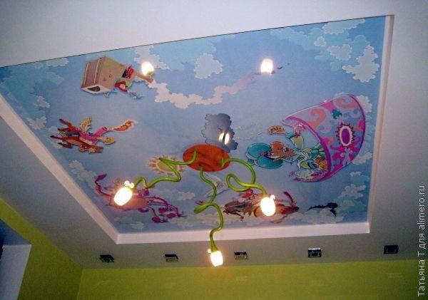 А вот для любителей мультфильмов есть вариант потолка с изображением летающих сказочных персонажей. Глядя на такой потолок, можно легко придумать интересную сказку.