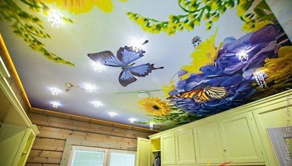 Вот где разыгралась фантазия художника. Яркие цветы и невесомый мотылек,- такой потолок можно и в детской комнате сделать.