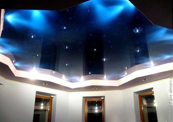 Глубокий синий цвет дает простор фантазии. Это похоже и на морскую глубину, и на ночное безлунное небо. Крошечные лампочки, похожие на светлячков, чудесно дополняют композицию.