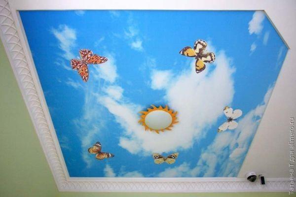 Люстра в виде солнышка, яркие мотыльки и пушистые облака в бездонном небе, это еще один хороший вариант для комнаты маленькой принцессы или принца.