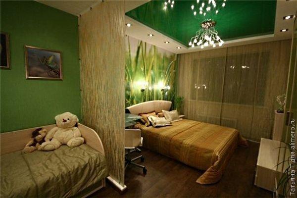 Зеленый цвет прекрасно успокаивает нервную систему. Именно поэтому, такой небольшой зеленый островок на потолке уместен для уютной спальни.