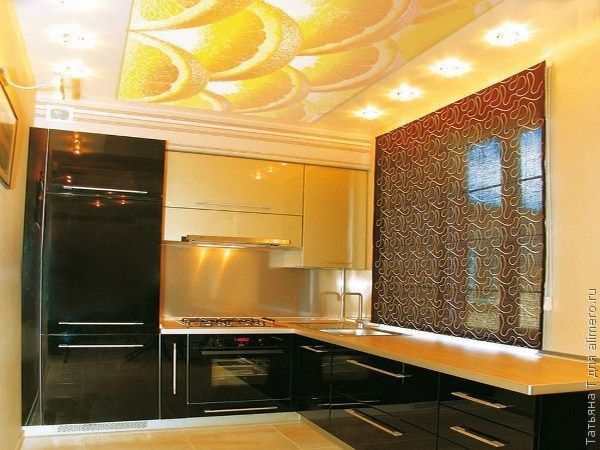Дольки сочного апельсина на натяжном потолке, идеально подходят для кухни. Сам интерьер преображается, становится ярче, теплее, уютнее. И для аппетита хорошо.