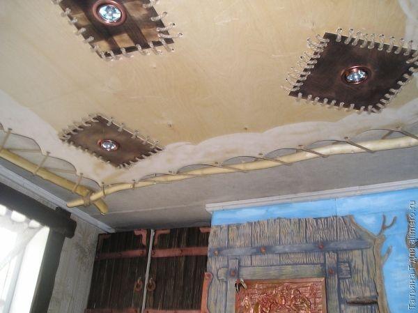 Декоративный натяжной потолок, имитирующий фрагмент старого истрепанного паруса – для тех, кто мечтает о морских путешествиях в далекие страны.