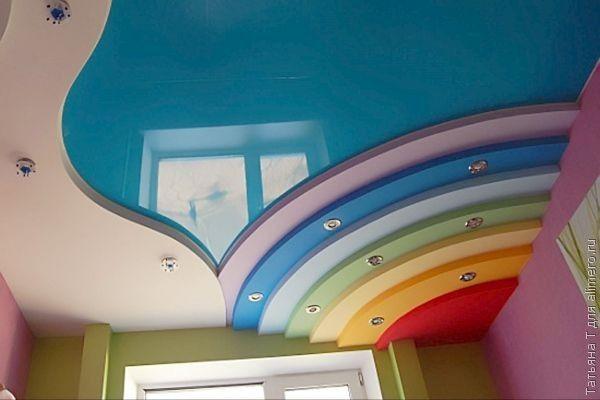 А для детской комнаты, натяжной потолок голубого цвета просто замечательно дополняет радуга из гипсокартонных ступенчатых конструкций.