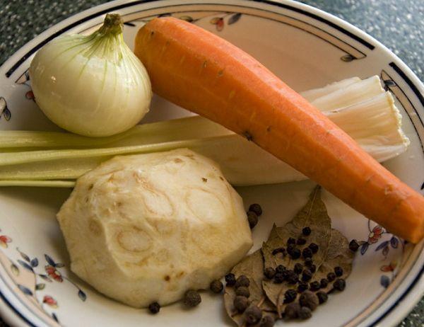 Обязательно в студень  добавляю  морковь и  корень петрушки или сельдерея. Морковь достаю сразу же после готовности и оставляю для декора. Остальные коренья выбрасываю.