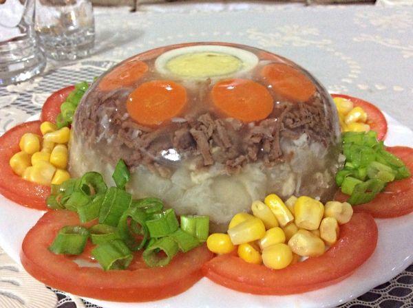 Холодец (как и любое другое угощение) нужно непременно готовить с хорошим настроением. Блюдо, приготовленное с любовью, не может получиться плохим.