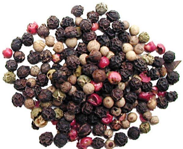 Много пряностей в холодце совершенно ни к чему. Можно добавить несколько горошин черного, зеленого или белого перца (в конце готовки - выбросить).