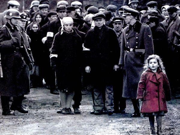 «Список Шиндлера». 1939 год, Польша. Оскар Шиндлер, немецкий бизнесмен, владеющий фабрикой по изготовлению эмалированных изделий, пытается спасти от смерти как можно больше польских евреев.