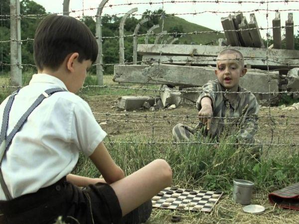 «Мальчик в полосатой пижаме». Вторая мировая война. Живущий рядом с концлагерем немецкий мальчик Бруно  знакомится с еврейским парнишкой Шмулем, который обитает по ту сторону колючей проволоки.