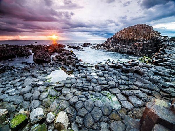 Пляж Джиэнтс-Козвэй, Ирландия. Вот как не поверить в сказку, оказавшись на таком потрясающем побережье? Трудно поверить, что базальтовые колоны – творение природы, а не человека.