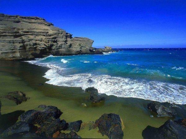 Пляж Папаколи на Гавайях, с зеленым, как трава песком. Также он известен,  как Пляж Махана. Отдыхать в этом живописном месте небезопасно из-за оползней. Между прочим, об этом предупреждают специальные таблички.