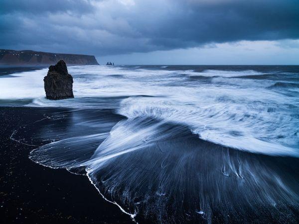 Пляж Вик-Бич, Исландия. В этой удивительной стране  сильная вулканическая активность, поэтому там много черных вулканических пляжей. Удивительное место.