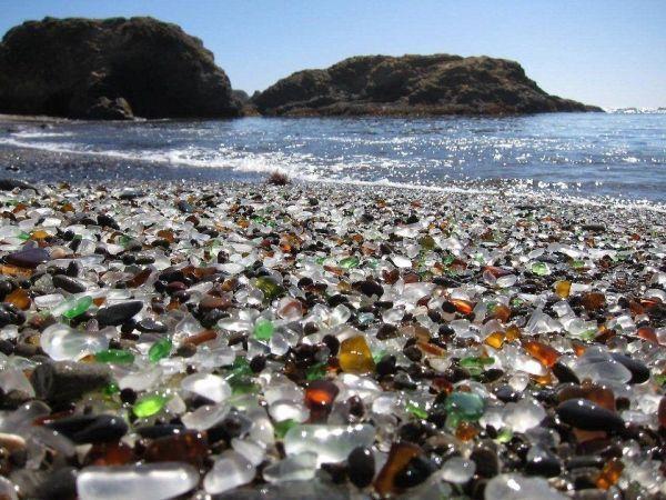 Стеклянный пляж в Калифорнии около Форт Брэгга образовался из-за того, что в течение многих лет местные жители выбрасывали туда мусор. Прибой отполировал стеклянные отходы и теперь это  одно из любимых мест туристов.