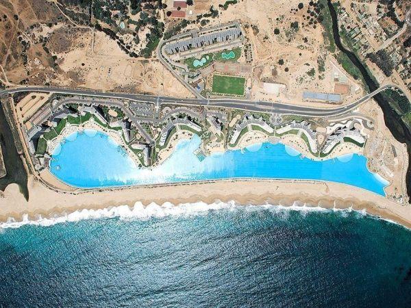 Пляж Сан Альфонсо дель Мар, в Чили, является частью одноименного роскошного курорта. А расположен он  между самым большим океаном на планете и огромным искусственным бассейном.
