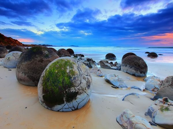 Валуны Моераки, Новая Зеландия.  Эти валуны в течение миллионов лет формировались на морском дне. Они были отполированы волнами и выброшены на берег.