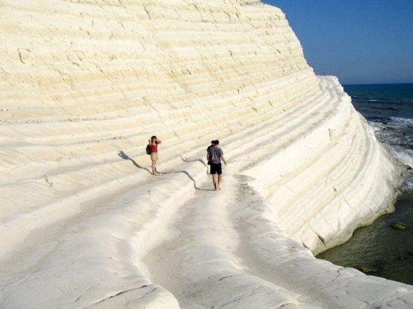 Италия.  Скала дей-Турки, вернее белоснежное скалистое побережье расположена на юге Сицилии.  Объемные выступы своими очертаниями напоминают природную лестницу.