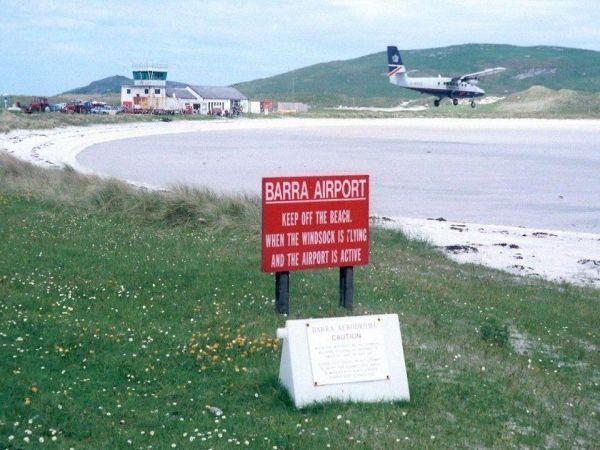 Шотландия.  Пляж-аэропорт Барра, где приземляются самолеты.  Удивительно, но взлётно-посадочные полосы аэропорта располагаются прямо на пляже.