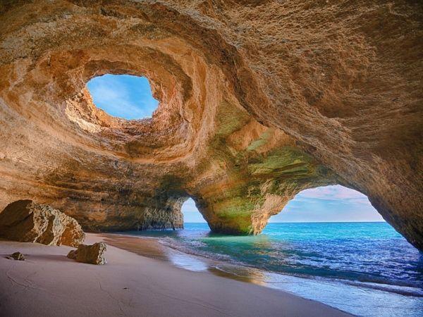 Пляж Алгарве, расположенный в пещере. Португалия. Это побережье состоит из известняка, а он легко поддается эрозии и образовывает  потрясающие морские пещеры.