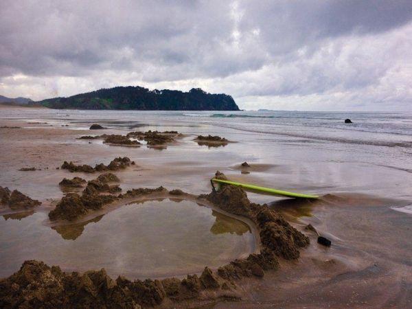 Горячий пляж в Новой Зеландии расположен  на восточном побережье полуострова Коромандель. А популярен он, благодаря подземным горячим источникам, проникающим через песок во время приливов.