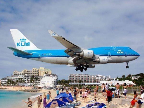 Карибы.  Пляж Махо очень нравится тем, кто любит самолеты. Дело в том, что их можно детально рассмотреть, лежа у кромки моря. Ведь садятся они почти рядом с пляжем.