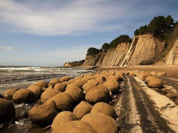 Опять Калифорния. Пляж катящихся камней. Они похожи на шары для боулинга. И хоть здесь не так много туристов, уникальность пляжа не поддается сомнению.