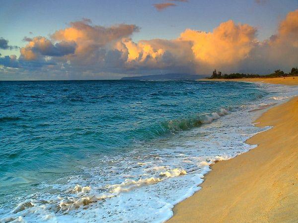 Лающий пляж на Гавайях.  Да-да, и это не шутка. Кварцевый песок на 27-километровом участке национального парка имеет необычные звуковые свойства.  Только ступите на него, и вы услышите звук очень похожий на собачий лай.